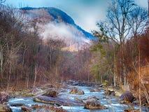 Natura intorno alla roccia del camino di richiamo del lago ed al canto natalizio del nord del vasto fiume fotografie stock libere da diritti