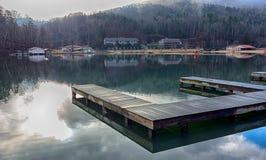Natura intorno alla roccia del camino di richiamo del lago ed al canto natalizio del nord del vasto fiume immagine stock