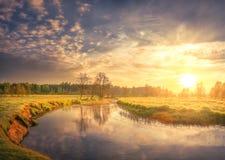 Natura krajobraz wiosny rzeka na ranku świcie Jaskrawy słońce zaświeca na zielonej trawy i potomstw ulistnieniu scena wiejskiej obraz stock