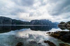 Natura krajobraz z widokiem gór odbijał i amd chmurnieje Fotografia Stock