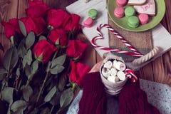 Natura morta accogliente per il giorno del ` s del biglietto di S. Valentino della st delle rose rosse e del caffè Fotografia Stock Libera da Diritti