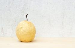 Natura morta cinese della pera sul fondo del compensato e del muro di cemento Fotografia Stock