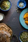 Natura morta con alimento indiano sui precedenti scuri Immagine Stock