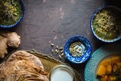 Natura morta con alimento indiano sull'orizzontale scuro del fondo Fotografia Stock