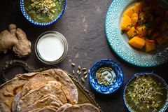 Natura morta con alimento indiano sulla vista superiore del fondo scuro Fotografia Stock Libera da Diritti