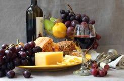 Natura morta con frutta e un bicchiere di vino immagini stock