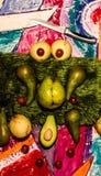 Natura morta con frutta verde e gialla bella frutta fresca nello scuro frutti verdi misteriosi su fondo nero fotografia stock libera da diritti