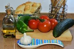 Natura morta con gli ingredienti per fare zuppa di verdure fredda andalusa Immagine Stock