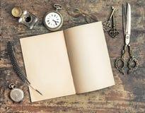 Natura morta con gli strumenti di scrittura dell'oggetto d'antiquariato e del libro aperto Immagini Stock