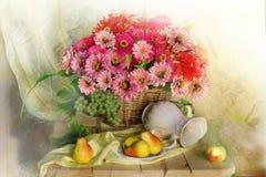 Natura morta con i fiori e la frutta rosa di un su un fondo colorato multi immagine stock libera da diritti