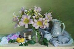 Natura morta con i fiori e la frutta rosa su un fondo verde fotografie stock