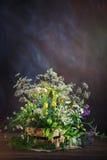 Natura morta con i fiori selvaggi fotografia stock libera da diritti
