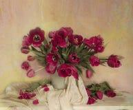 Natura morta con i tulipani rossi in un vaso su un fondo marrone fotografie stock