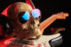 Natura morta con il cranio e la chitarra elettrica Fotografia Stock