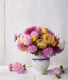Natura morta con il mazzo colourful dei crisantemi immagini stock