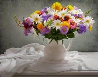Natura morta con il mazzo dei fiori di estate immagini stock
