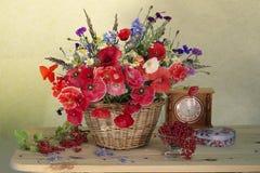 Natura morta con il mazzo dei narcisi della molla, tulipani in un canestro fotografie stock libere da diritti