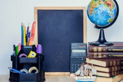 Natura morta con il mazzo, il libro ed il globo del mughetto Concetto del giorno dell'insegnante Fotografia Stock