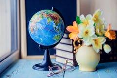 Natura morta con il mazzo, il libro ed il globo del mughetto Concetto del giorno dell'insegnante Fotografia Stock Libera da Diritti