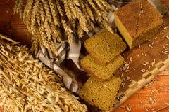 Natura morta con il pane di segale, spighe del granoturco Fotografie Stock