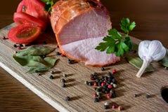 Natura morta con il pomodoro e gli spicies della carne di maiale immagini stock