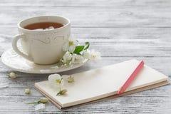 Natura morta con il ramo della tazza e del fiore di tè Immagine Stock Libera da Diritti