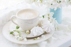 Natura morta con il ramo della tazza e del fiore di tè Immagini Stock Libere da Diritti