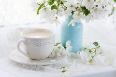 Natura morta con il ramo della tazza e del fiore di tè Fotografia Stock Libera da Diritti