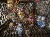 Natura morta con il vecchio mazzo di fiori artificiali e colorati fotografia stock libera da diritti
