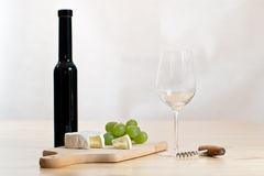Natura morta con il vetro, la bottiglia ed il formaggio di vino immagini stock