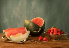 Natura morta con l'anguria, la fragola ed il melone immagini stock libere da diritti