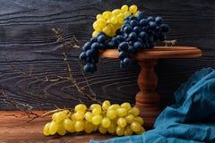 Natura morta con l'uva blu e verde Fotografia Stock