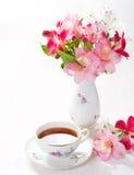 Natura morta con la tazza di tè e dei fiori Immagini Stock Libere da Diritti