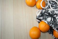 Natura morta con le arance e la borsa Fotografie Stock Libere da Diritti