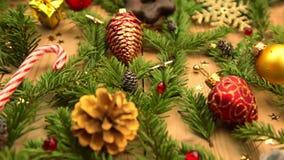 Natura morta con le decorazioni ed i regali di Natale stock footage
