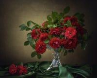 Natura morta con le rose rosse lussuose del giardino Fotografia Stock Libera da Diritti