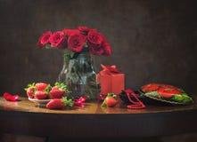 Natura morta con le rose rosse per il San Valentino Immagini Stock Libere da Diritti