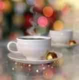 Natura morta con le tazze di caffè caldo Fotografie Stock