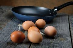 Natura morta con le uova e una padella Immagini Stock Libere da Diritti