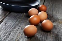 Natura morta con le uova e una padella Fotografie Stock Libere da Diritti