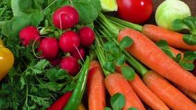Natura morta con le varie verdure organiche fresche archivi video