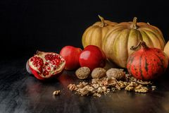 natura morta con le zucche autunnali organiche, i frutti e le noci Fotografia Stock Libera da Diritti
