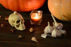 Natura morta con le zucche ed il cranio immagine stock