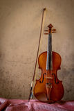 Natura morta con lo spazio sinistro del violino d'annata Fotografie Stock