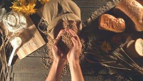 Natura morta con pane, grano, farina ed i fiori archivi video