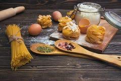 Natura morta con pasta e gli ingredienti casalinghi crudi Fotografia Stock