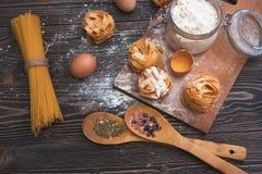 Natura morta con pasta e gli ingredienti casalinghi crudi Immagini Stock Libere da Diritti