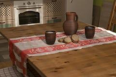 Natura morta con terraglie, latte e pane nella cucina Fotografie Stock Libere da Diritti