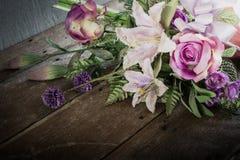 Natura morta con un bello mazzo di fiori con la ragnatela su legno Immagini Stock Libere da Diritti