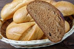 Natura morta con una fetta di pane nero Fotografia Stock